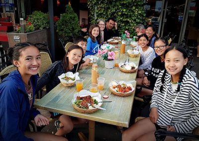 Groep gasten uit Indonesisch bij Restaurant Anak Blitar Hoofddorp