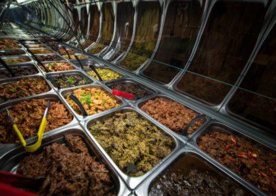 De toonbank met alle gerechten van Indonesisch Restaurant Anak Blitar in Hoofddorp